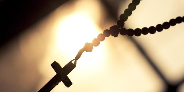 El santo rosario a contra luz